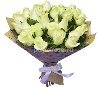 25 белых роз в крафт-бумаге